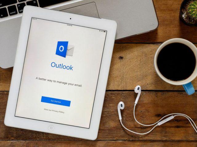 Ordena automáticamente los correos electrónicos en carpetas específicas de Outlook