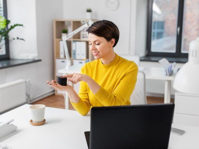¿Cómo conectar un altavoz Bluetooth al ordenador o a la TV?